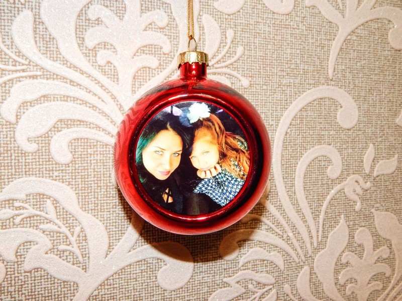 Новогодний стеклянный шар с металлической вставкой зеленый