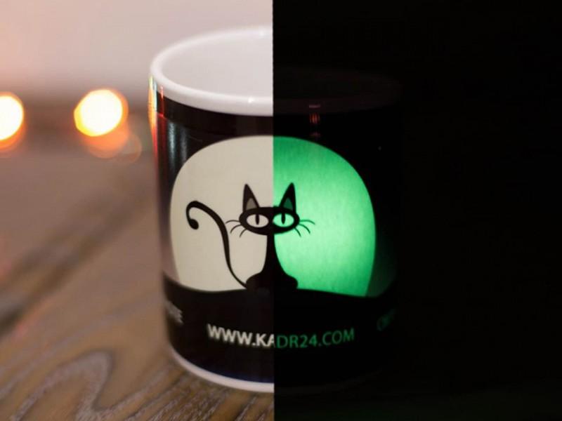 Кружка белая в темноте светится зеленым свечением