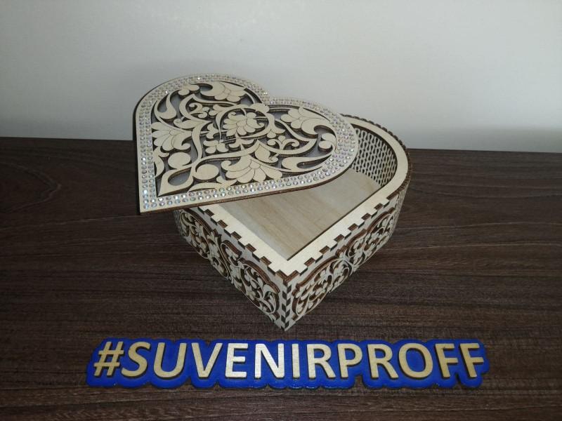 Коробочка в виде сердца из фанеры 3 мм с серебряными стразами
